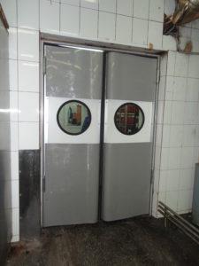 Маятниковые двери с круглым окошком