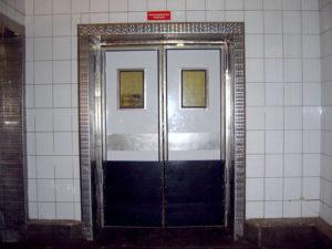 Маятниковые двери с прямоугольным окошком